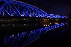 Puente iluminado luz azul del tren Fotos de archivo