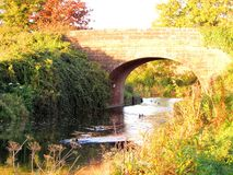 Puente iluminado por el sol Fotografía de archivo libre de regalías