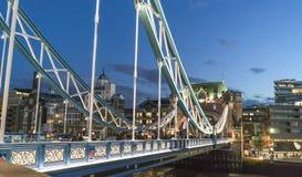 Puente iluminado por la tarde - Londres Inglaterra Reino Unido de la torre de Londres Imagen de archivo