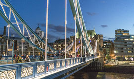 Puente iluminado por la tarde - Londres Inglaterra Reino Unido de la torre de Londres Fotos de archivo libres de regalías