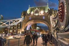 Puente iluminado por la tarde - Londres Inglaterra Reino Unido de la torre de Londres Fotografía de archivo