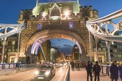 Puente iluminado por la tarde - Londres Inglaterra Reino Unido de la torre de Londres Foto de archivo