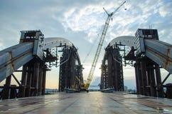 Puente inacabado del metal Paisaje industrial abandonado en la puesta del sol imágenes de archivo libres de regalías