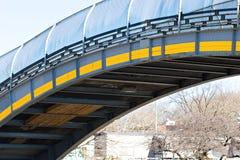Puente industrial de la ciudad sobre el camino de la carretera Fotos de archivo libres de regalías