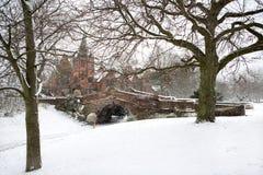 Puente inglés del pueblo en nieve del invierno Fotos de archivo libres de regalías