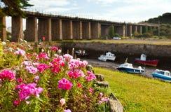 Puente Inglaterra de la marea inferior de los barcos de río Imagen de archivo