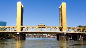 Puente inminente de la torre de Sacramento del barco en el río almacen de video