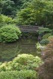 Puente japonés del jardín imagen de archivo