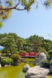 Puente japonés en jardín del zen Imagenes de archivo