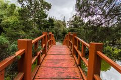 Puente japonés en jardín en Santo Domingo fotografía de archivo libre de regalías