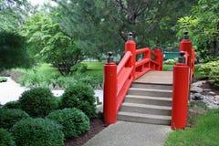 Puente japonés en rojo Foto de archivo libre de regalías