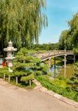 Puente japon?s de la isla en el jard?n bot?nico de Chicago, los E.E.U.U. fotos de archivo