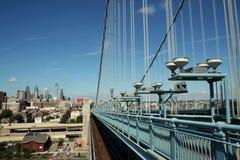Puente a la ciudad Foto de archivo