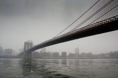 Puente a la ciudad (puente de Brooklyn) Foto de archivo libre de regalías