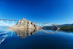 Puente a la isla de KRK KRK es una isla croata en el mar adriático septentrional Imágenes de archivo libres de regalías