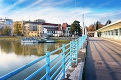 Puente a la isla del balneario en Piestany + el río + el riverbank + el azul de Vah imágenes de archivo libres de regalías