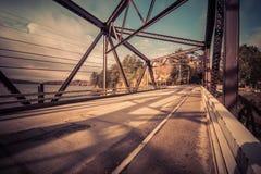 Puente largo del lago, Adirondacks, NY, en la caída rodeado por el follaje imagen de archivo libre de regalías