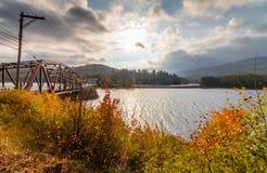 Puente largo del lago, Adirondacks, NY, en la caída rodeado por el follaje imagenes de archivo