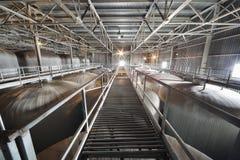 Puente largo en el departamento con las cisternas para la cerveza Fotos de archivo