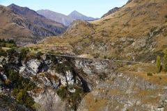 Puente largo en los capitanes Canyon Road, Queenstown, Nueva Zelanda Fotos de archivo