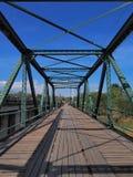 Puente largo estrecho con la estructura simétrica del metal Imágenes de archivo libres de regalías