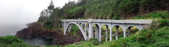 Puente largo por el mar panorámico Imagenes de archivo