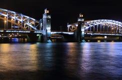 Puente levadizo del arco de la noche en St Petersburg foto de archivo