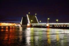 Puente levadizo del puente del palacio en la noche. Fotos de archivo