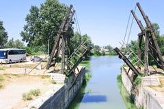 Puente levadizo en cara del país cerca de Arles Imagenes de archivo