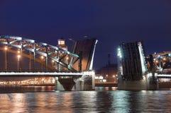 Puente levadizo en St Petersburg. Imagen de archivo