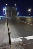Puente levadizo en St Petersburg en la noche Foto de archivo