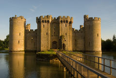 Puente levadizo norteño de la entrada del castillo de Bodiam Imagen de archivo libre de regalías