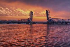 Puente levadizo sobre bahía del esturión fotos de archivo