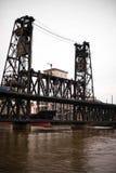 Puente levadizo viejo sobre el río Willamette en de Portland la ciudad abajo Fotografía de archivo