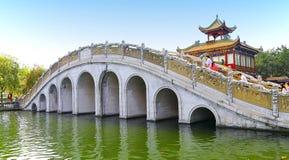Puente lian de Yang en el jardín del baomo, China Foto de archivo