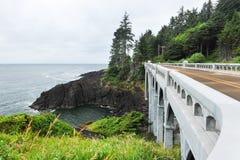 Puente a lo largo del Océano Pacífico en Oregon fotografía de archivo libre de regalías