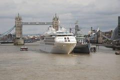 Puente Londres de la torre un barco de cruceros y un HMS Belfast Fotos de archivo libres de regalías