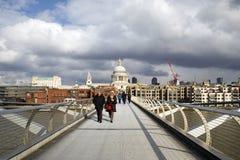 Puente Londres del milenio con el cloudscape Fotografía de archivo