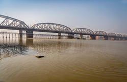 Puente maldito en el río el Ganges Bengala Occidental, la India Foto de archivo libre de regalías