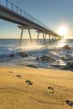 Puente marítimo en la salida del sol con las rocas foto de archivo libre de regalías