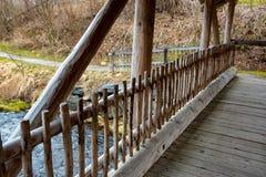Puente maravilloso sobre corriente del agua en Alemania fotografía de archivo