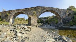 Puente medieval cerca de la abadía de Croce del alla de Santa María, Tiglieto, AIE Imagenes de archivo
