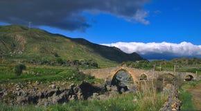 Puente medieval de la edad normanda en Sicilia Foto de archivo libre de regalías