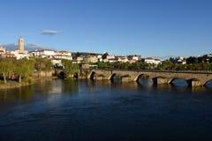 Puente Mirandela de la ciudad y del románico, Imagen de archivo libre de regalías
