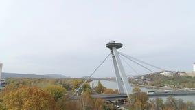 Puente moderno aéreo del abejón 4K Bratislava Danubio metrajes