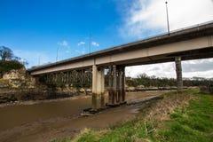 Puente moderno del camino sobre la horqueta del río, Chepstow imagenes de archivo