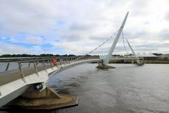 Puente moderno del pie que atraviesa el río Fotografía de archivo libre de regalías