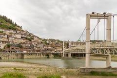 Puente moderno en la ciudad histórica Berat debajo del río de Osum, Albania fotografía de archivo libre de regalías