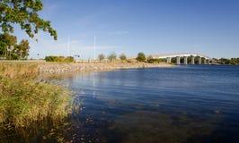 Puente moderno sobre bahía del mar Foto de archivo libre de regalías