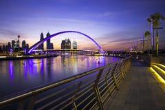 Puente moderno sobre el canal de Dubai Fotos de archivo libres de regalías